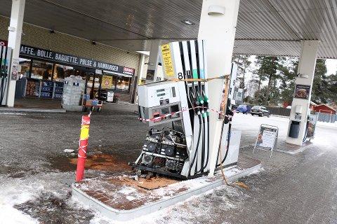 ØDELAGT: Slik så bensinpumpa ut like etter at uhellet hadde skjedd.