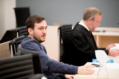 I RETTEN: Dennis Vareide, kjent fra duoen Prebz & Dennis, sammen med advokat Jon Wessel-Aas i Oslo tingrett. Foto: Cornelius Poppe/NTB Scanpix