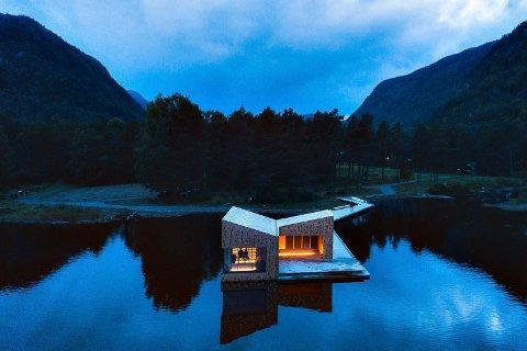 FØLGER LINJENE: Arkitekturen er ekspressiv, akkurat som fjellene i bakgrunn som stuper ned i dalen. Legg merke til linjene i badstuen som tar opp vinkelen i fjellene. I skogen bak badstuen ligger Dalen hotel.