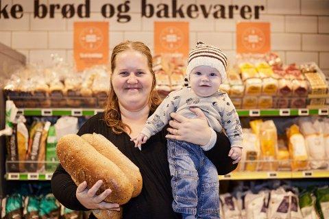 Brødvinner Tonje Røllander Ørsvik med sønnen Karsten på armen fikk utdelt sin premie på 156 brød fra daglig leder Torunn Nordbø i Opplysningskontoret for brød og korn (t.v.), salgskonsulent Heidi Røren Dahl fra Bakehuset (t.h.) og butikksjef Anne-Sofie Vig ved Kiwi Kalstad.