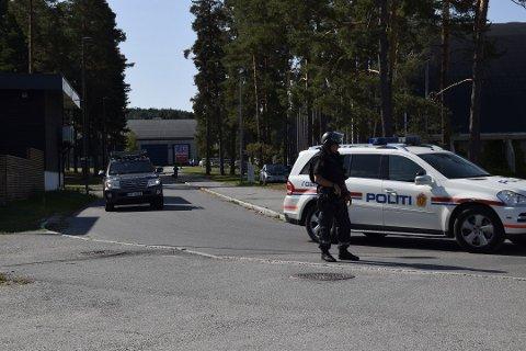 STOR AKSJON: Politiet kalte inn alt av tilgjengelige mannskaper fra flere fylker da en mann ble observert med våpen i Skien fritidspark.