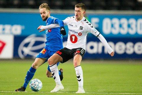 Tromsøs Daniel Berntsen (t.v) og Odds Vebjørn Hoff i eliteseriekampen i fotball mellom Odd og Tromsø på Skagerak Arena.