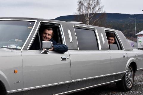 Bjørnar Brenna Aase har rullet ned ruta på russelimo'n. Bak sitter Mathias Bergskås og Lars Brukaas klare til å tilbringe russetiden i limousinen. Foto: Kristine Løvflaten Koslung