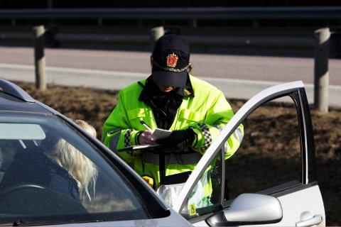 Gjennom kontrollvirksomheten sin tar politiet svært mange som bruker mobiltelefonen mens de kjører bil. Siden 2008 har det blitt nesten 200 000 forelegg for dette.
