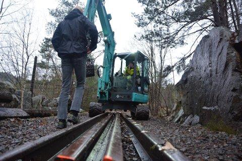 Skinner er fjernet og skal fraktes bort på den nedlagte Kragerøbanen ved Saga. Foto: Per Eckholdt