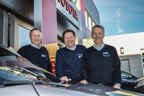 EIERSKIFTE: Egil Funnemark (t.h.) er ny styreleder i Toyota Sandefjord. Han er særdeles godt fornøyd med resultatene til daglig leder Erik Bostrøm (t.v.) og salgssjef Tom Gulliksen.