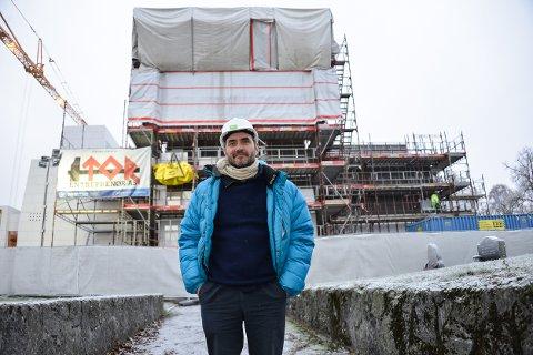 STORFORNØYD: - Jeg er eksepsjonelt fornøyd med arbeidet til entreprenøren og de lokale håndverkerne, sier arkitekt Espen Surnevik.