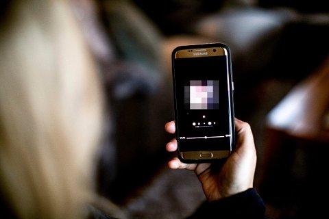– UBEHAGELIG: Moren sikret seg videobevis, som hun har sendt til politiet. Hun advarer andre foreldre mot appen. Foto: Lisbeth Lund Andresen