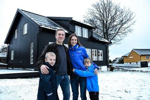 DRØMMEHUS: Familien Wannebo med pappa Håvard, mamma Christina og sønnene Erling og Trygve, bor i et helt spesielt hus. Foto: Siw Nakken