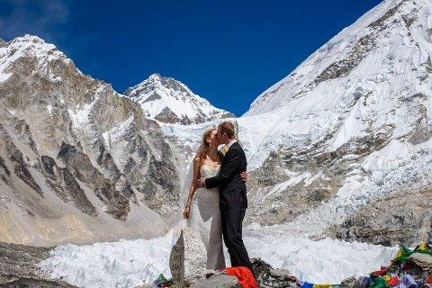 GIFT: Jørn-André Holmen Tveten og Tora Marie Wedervang er verdens første par som har giftet seg på Mount Everest.
