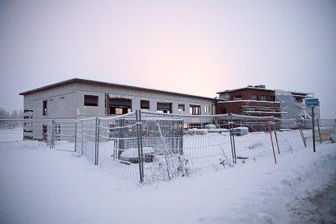 DYRT FORFALL: Eieren av Bergland hotell må betale 15 000 kroner i måneden på grunn av manglende opprydding på branntomten.