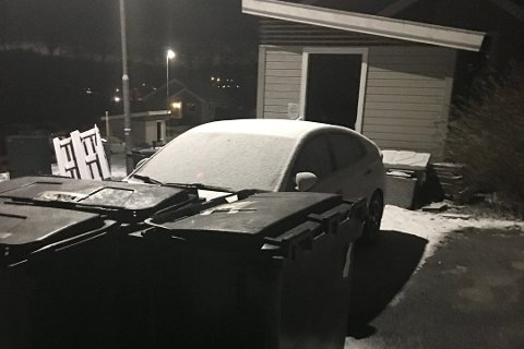 HELT INNTIL: Tre søppelkasser var plassert foran bilen til Stefan Sekej. I bakgrunnen er boden hvor de egentlig skulle stå.