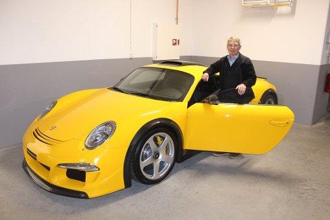 NORGES RÅESTE BIL: Knut Oluf Flatset er eier av det som kanskje er landets råeste bil. Prislappen er rundt ti millioner kroner. Foto: Tore Kubberød