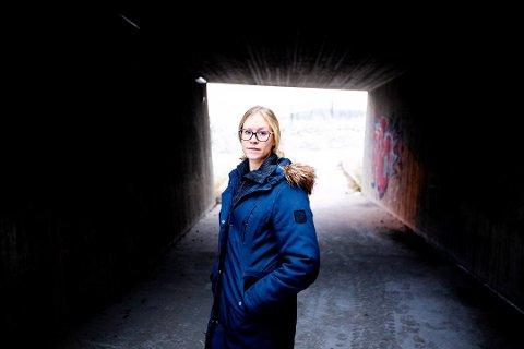 UFRIVILLIG GJELDSSLAVE: Janne Lundhaug sitter med en gjeld på over to millioner, etter at ekssamboeren i skjul svindlet til seg forbrukslån i hennes navn bak. Foto: Lisbeth Lund Andresen