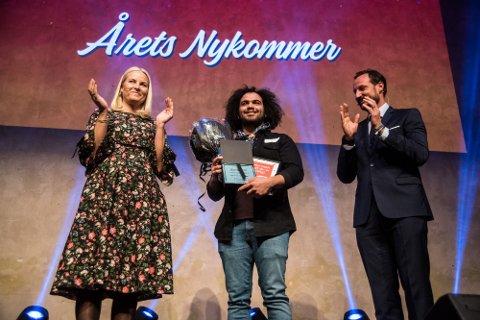 GLAD: Prisen «Årets nykommer i frivilligheten» ble delt ut til speiderleder Mohamad Nobel Omr Deeb fra Rjukan av kronprinsen og kronprinsessen. Det skjedde under Frivillighetens dag på DOGA i Oslo.