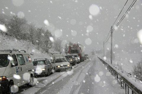 ADVARER: Torsdag kveld og fredag ventes snø og vanskelige kjøreforhold på Østlandet og fjellet i Sør-Norge. Foto: Scanpix