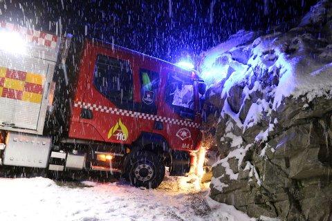 SNØKAOS: Brannbilen var på vei til ulykka på Fylkesveg 44 da den skled rundt og stoppet mot fjellveggen.