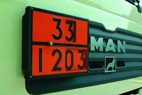 Etter brann- og eksplosjonsloven skal lastebiler som frakter farlig gods være merket med to rektangulære, oransjefargede skilt – et foran på bilen og et bak. Firmaets vogntog manglet denne merkinga. (ILLUSTRASJONSFOTO)