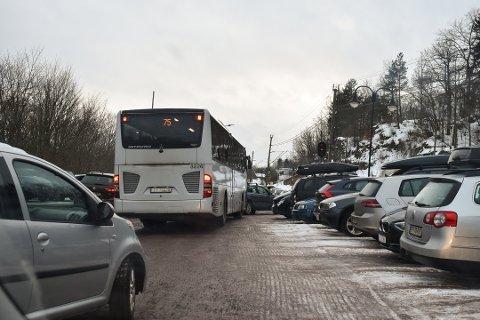 BUSS FOR TOG: Et av argumentene til Bane Nor er at en tregere utbygging vil føre til mindre bruk av buss for tog. Her fra Skoppum stasjon for et par uker siden.