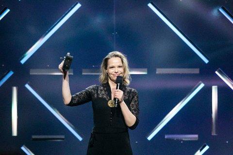 VANT: Anne Hytta mottar prisen for folkemusikk/tradisjonsmusikk med Strimur under Spellemannprisen 2017 i Oslo konserthus søndag kveld.Foto: NTB scanpix