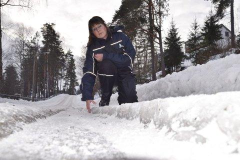 TRAFIKKFARE: – Hjulsporene og iskanten i veibanen på Meaksmoen representerer en trafikkfare, mener Edel Bakka.