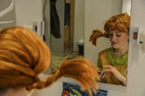 GJØR SEG KLAR: Lina Kristin Berg gjør seg klar for første forestillingen av Pippi Langstrømpe i Ibsenhuset.