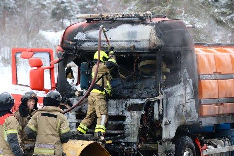 TOTALSKADD: Brøytebilen tok fyr i fart. Brannvesenet kunne ikke forhindre at bilen ble totalskadd. Foto: Theo Aasland Valen