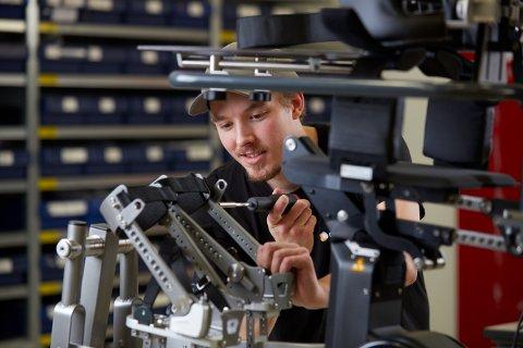 HJELPEMIDLER: Selskapet produserer og selger produktene NF Walker og Innowalk. Utstyr som hjelper barn med store funksjonsnedsettelser.