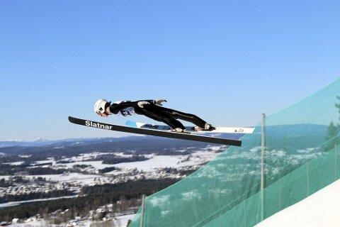 FLYR: Sander Bjørndalen i svevet i Vikersundbakken. Fra Notodden er det kun Frode Hagen og Tom Rauland som tidligere har fått lov til å sette utfor bakken som nå har verdensrekorden i hopp med 253,5 meter. Bjørndalen landet på 130 meter i sitt lengste hopp. (Begge foto: Kim Richard Bjørndalen)