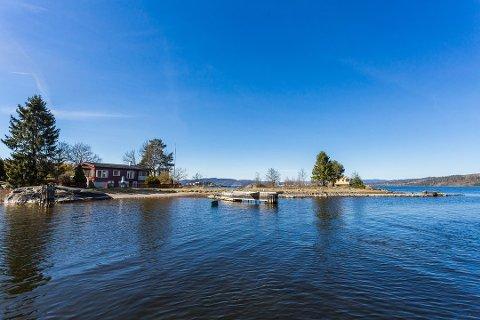 SOLGT I FJOR: Totalt er det 20 hytter og hus Grenland havn vil kjøpe opp i Asdalstrand. Dette i forbindelse med etablering av ny storhavn. Denne hytta ble solgt for 1,7 millioner i fjor. (FOTO: KROGSVEEN)