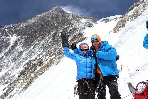 FÅR SE EVEREST: Tone Gravir og Leif Harald Bergseth har forsøkt å bestige Mount Everest to ganger. I fjor klarte de det. Her er de med verdens høyeste fjell i bakgrunnen.