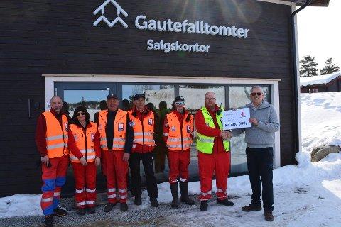 EN GLEDENS DAG: – 400 000 kroner er kjempemasse penger og vi vil selvfølgelig takke John Olav Gjelstad for den fantastiske gaven, sier Jørn Kristensen i Røde Kors.