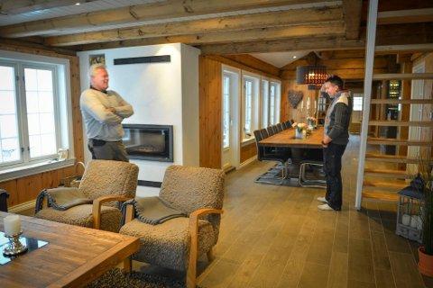 Sven Holhjem (t.h.) kan ikke helt tro han har solgt hytta si for 6,6 millioner kroner. Her sammen med makker Johnny Eliassen, tidligere i vinter. Foto: Eigil Kittang Ramstad