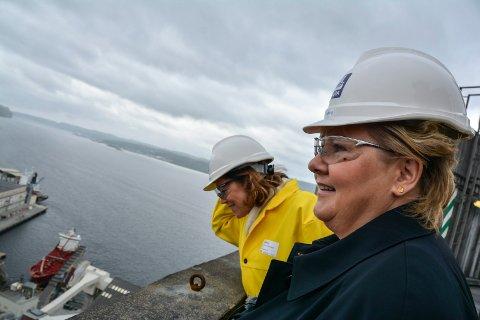 PÅ HØYDEN: Her nyter statsminister Erna Solberg og NHO-sjef Kristin Skogen Lund utsikten fra den 110 meter høye fullgjødselfabrikk nummer 4 på Herøya.