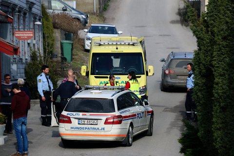 Politiet har pågrepet en mann som er mistenkt for å ha ranet den over 90 år gamle kvinnen.
