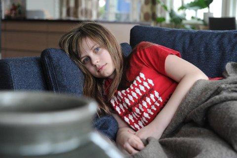 BEGRENSET LIV: Anna Elise Bugsett Lindahl (11) lider av sykdommen ME, og må finne balanse mellom hvile og aktiviteter. Foto: Per Langevei