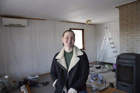 Maler stua: – Litt maling, teppet skal bort og gulv skal legges. Det er første skritt, så får resten komme etter hvert. Jeg ved i kjelleren til peisen og varmepumpe på veggen. Dette er bare skikkelig gøy, sir Marthe, 21 år og huseier.