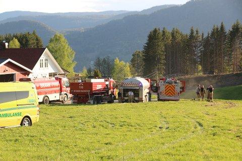 Det ble kjørt full utrykning etter meldingen om brann på Hjuksebø. Selve bygningen som brant ligger inne i skogen.