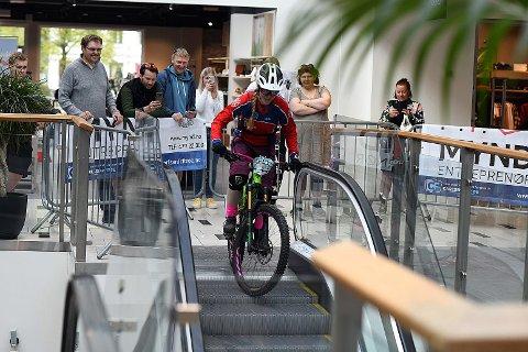 PÅ ARKADEN: Her er Anette Røssum Bastnes fra Drangedal på vei ned rulletrappene på Arkaden.