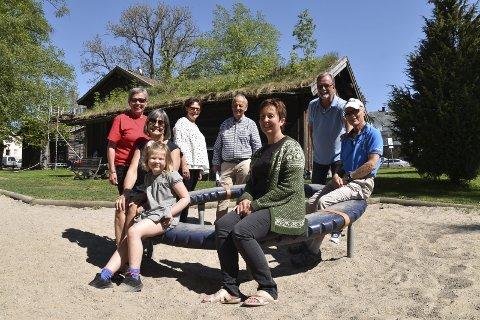 I brekkeparken: Tilie Augusta Foss Sodeland (foran til venstre), Heidi Hamadi (sittende bak Tilie), Tone Lundeberg (sittende foran til høyre), Mette Dale (stående bak til venstre i rød genser), Margareth Svanvik Barstad, Magne Dale, Per Simon Mustvedt og Bjørn Batt er representanter fra flere av arrangørene. foto: bjørn runar foss sodeland