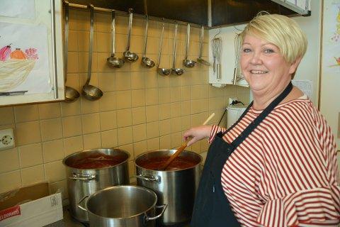 MAT TIL ALLE: Fra høsten vil kokk på Borge skole, Mona Eriksrød, lage mat også til  mellomtrinnet.