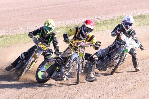 IMPONERER: Thomas Biensø (rød hjelm), Bjørn-Olav Omdal (gul hjelm), Christina Nilsen (hvit hjelm) er bare noen av de unge talentene i Grenland Speedway.