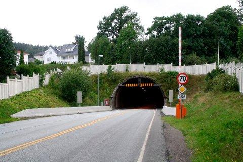 ROM I FJELLET: Inne i fjellet i tunnelen er bygget rom for sanitæranlegg, forpleining og lettere sykebehandling. Den indre delen av tilfluktsrommet er også klargjort for å motstå angrep med krigsgasser.