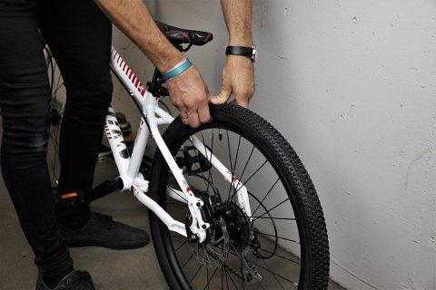 Sjekk at det er tilstrekkelig med luft i dekkene – både foran og bak. Foto: Kjetil Hasselgård, Syklistenes Landsforening/ANB