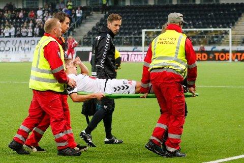 BÅRET UT: Markus Kaasa måtte ut på båre i andre omgang på Sparebanken Sør arena mandag.  Foto: Tor Erik Schrøder / NTB scanpix