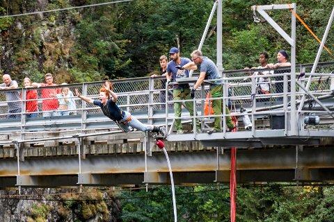 Christine Winge (24) trosser frykten og hopper fra Vemorkbrua.