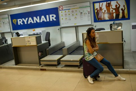 Ryanair har blitt tvunget til å godkjenne at ansatte i selskapet organiserer seg. Nå kan det gå mot en internasjonal kjempestreik i selskapet. Foto: Francisco Seco, AP/ANB