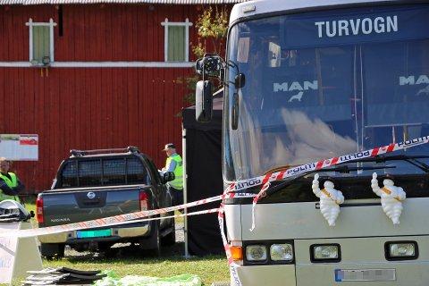 Politiet undersøker campen der bussen står parkert lørdag formiddag.