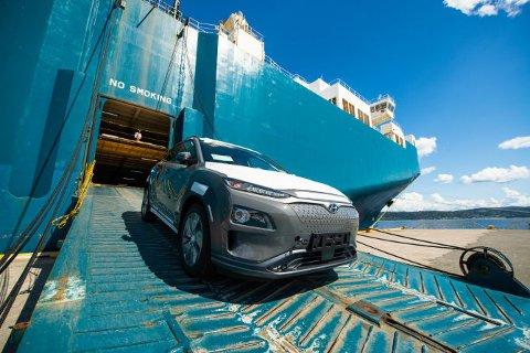 Her kommer de første Hyundai kona electric til Norge. Mange står i kø for denne og andre elbiler. Foto: Hyundai Motor Norway