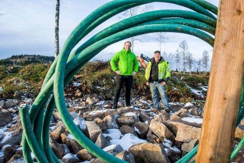 HÅPER PÅ NY GIV: Eskil Støvland og grunneier Thyge Steinsholt har ikke fått fart på tomtesalget nær Breivann. Men nå har de solgt en hytte til rekordpris. Foto: Bjørn Jakobsen